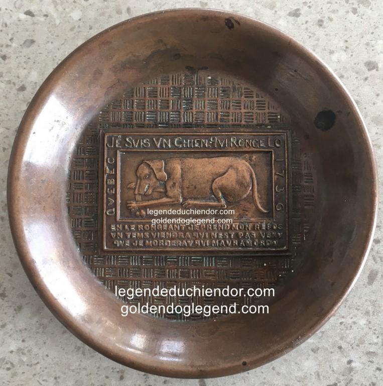 Petit plateau ou assiette souvenir en bronze, légende du Chien d'Or, Québec. Diamètre : 9 cm.