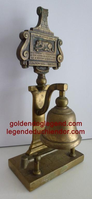 Clochette d'appel ancillaire avec son marteau, à l'effigie du Chien d'or.